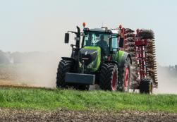 Fendt 900 Series tractor in a field pulling a disk.